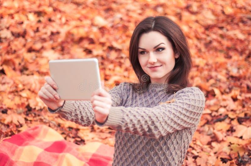Jonge vrouw die selfie in een park maken stock afbeeldingen