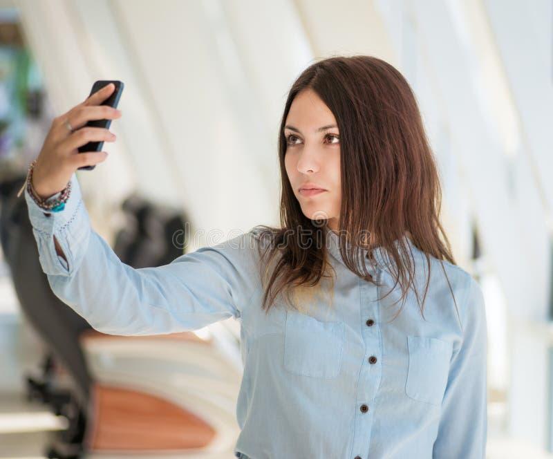 Jonge vrouw die selfie maken royalty-vrije stock afbeelding