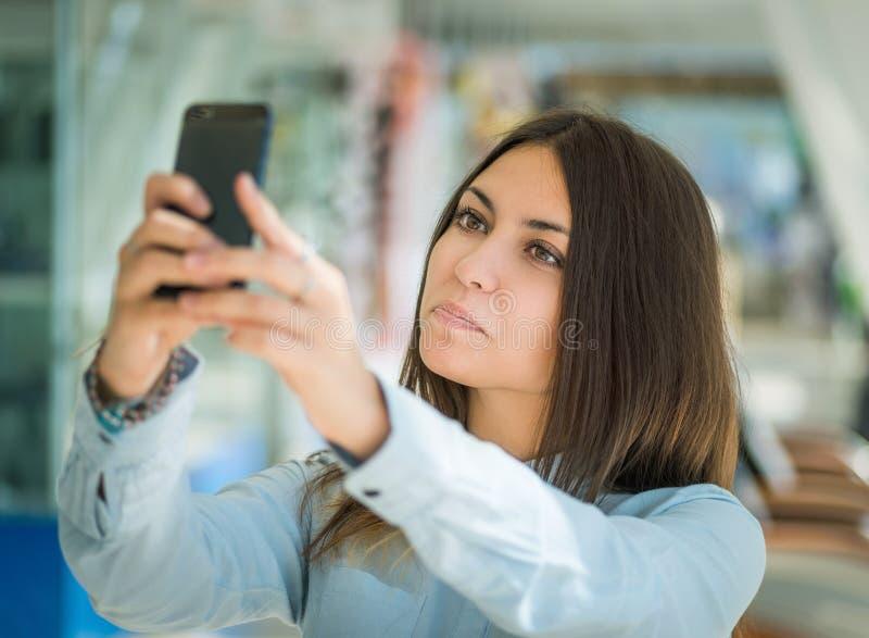 Jonge vrouw die selfie maken royalty-vrije stock afbeeldingen