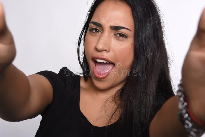 Download Jonge Vrouw Die Selfie Nemen Stock Afbeelding - Afbeelding bestaande uit vriendschappelijk, model: 114225811