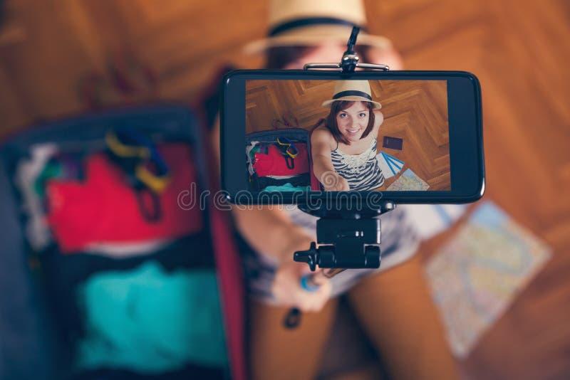 Jonge vrouw die selfie nemen stock foto's