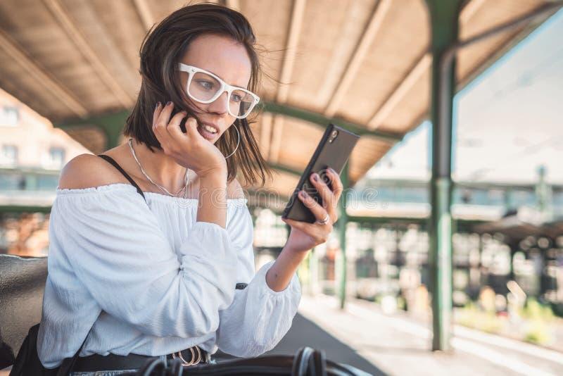 Jonge vrouw die sms op smartphone typen royalty-vrije stock foto's