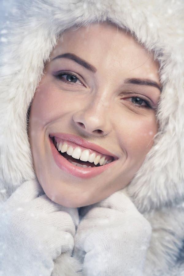 Jonge vrouw die, sneeuwdag glimlachen royalty-vrije stock foto's