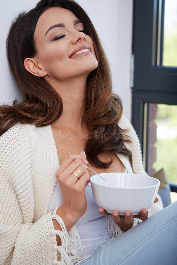 Jonge vrouw die soep eet royalty-vrije stock foto