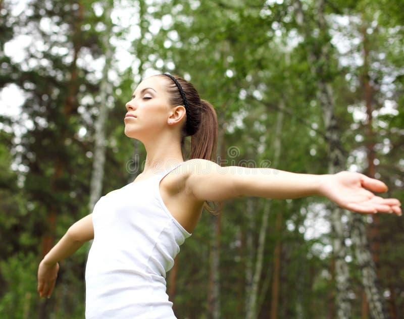 Jonge vrouw die sport in openlucht doen royalty-vrije stock foto