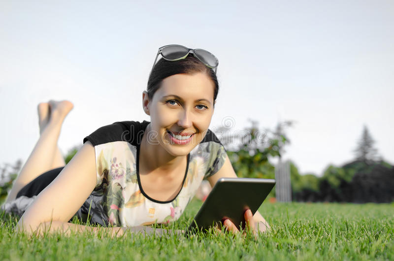 Jonge vrouw die tabletPC met behulp van stock afbeeldingen