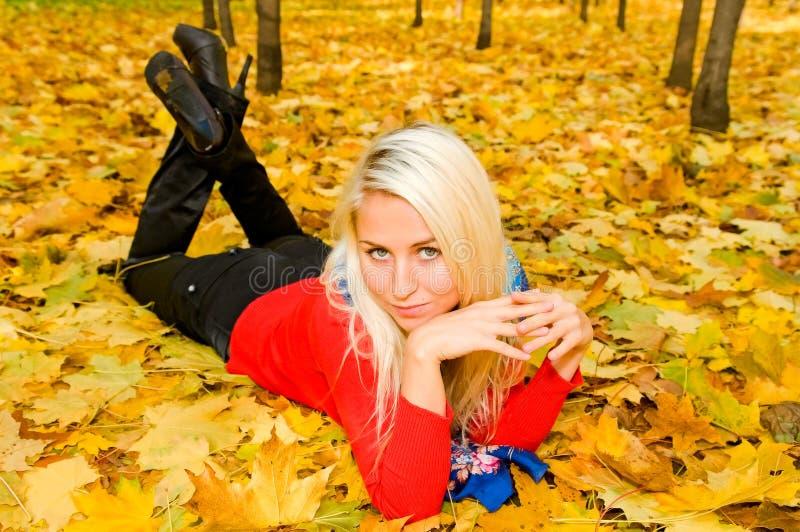 Jonge vrouw die ter plaatse rust stock foto's
