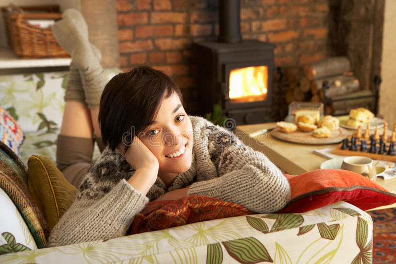 Jonge vrouw die thuis ontspant royalty-vrije stock foto's