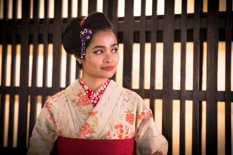 Jonge vrouw die traditionele Japanse kimono dragen stock afbeeldingen