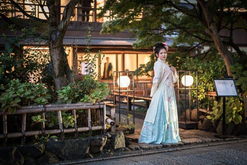 Jonge vrouw die traditionele Japanse kimonogang op de straat van Gion, Kyoto dragen royalty-vrije stock fotografie