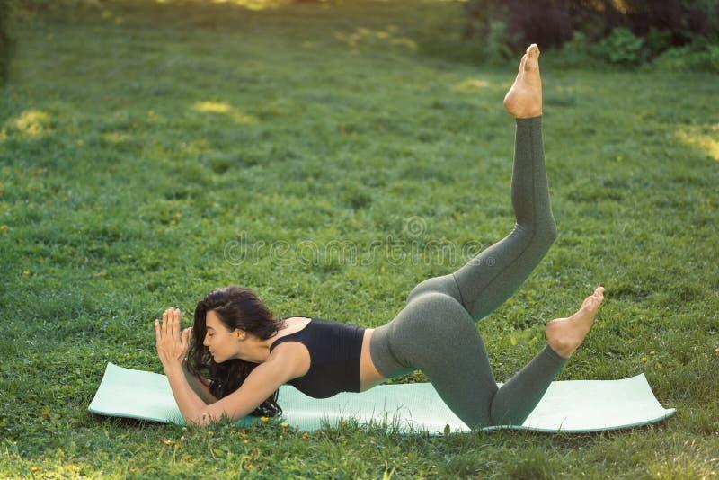 Jonge vrouw die training voor het uitrekken van lichaam doen royalty-vrije stock afbeeldingen