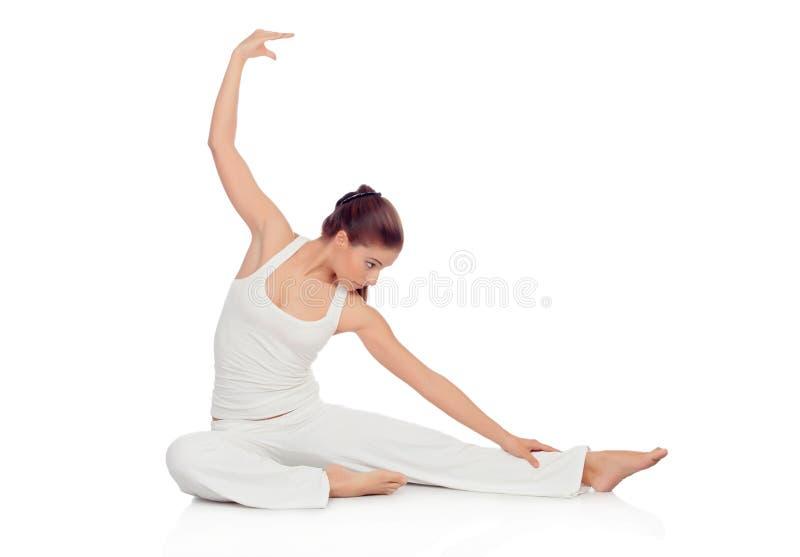 Jonge vrouw die uitrekkende oefeningen op de vloer doen royalty-vrije stock afbeelding