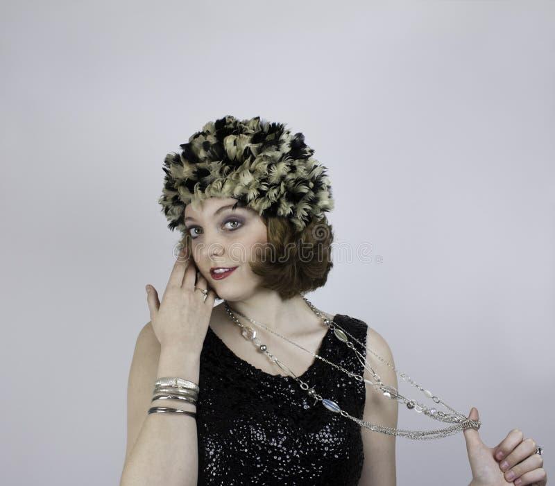 Jonge vrouw die uitstekende kleding dragen stock fotografie