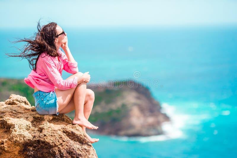 Jonge vrouw die van adembenemende meningen van Shirley Heights op Antiguaeiland genieten in de Caraïben royalty-vrije stock foto
