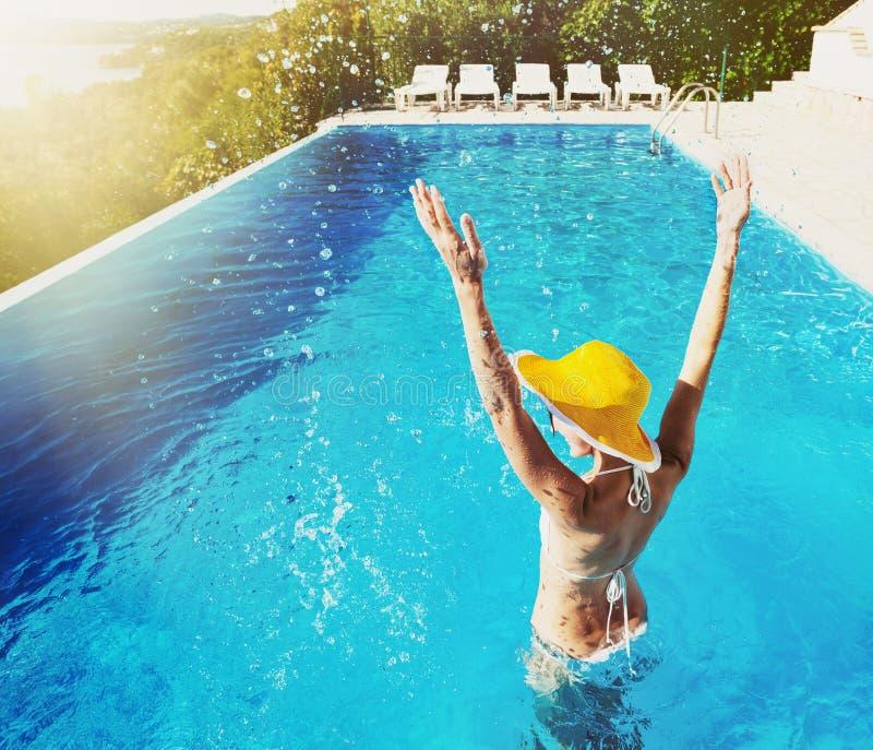 Jonge vrouw die van de zomer geniet royalty-vrije stock fotografie