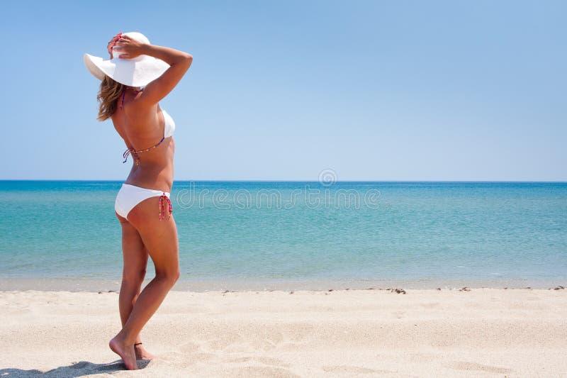 Jonge vrouw die van de zon op een strand geniet royalty-vrije stock fotografie