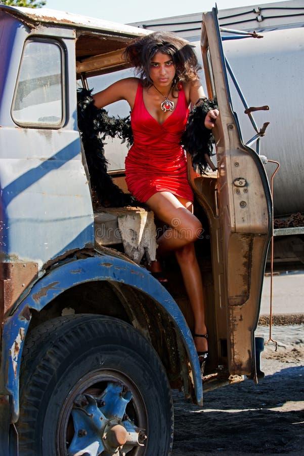 Jonge vrouw die van een vrachtwagen weggaat stock afbeelding