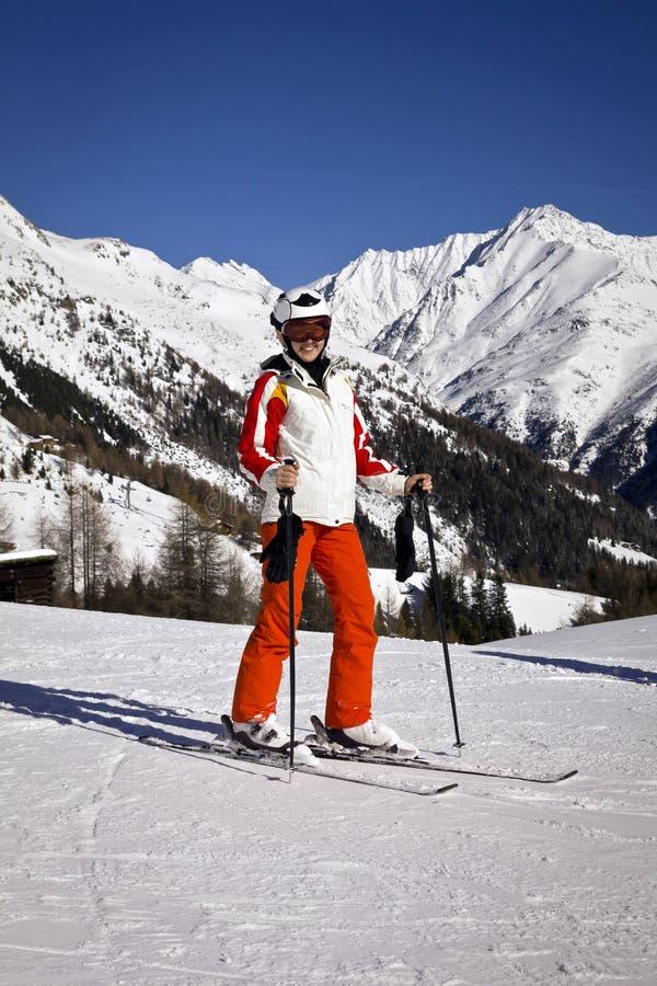 Jonge vrouw die van het ski?en genieten stock fotografie