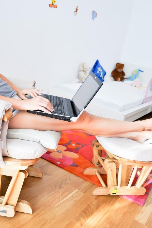Jonge vrouw die van huis werken royalty-vrije stock afbeeldingen