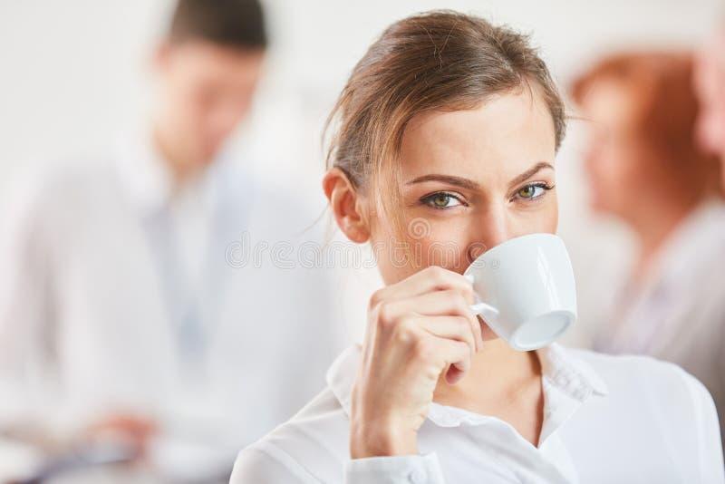Jonge Vrouw die van Kop van Koffie geniet royalty-vrije stock fotografie