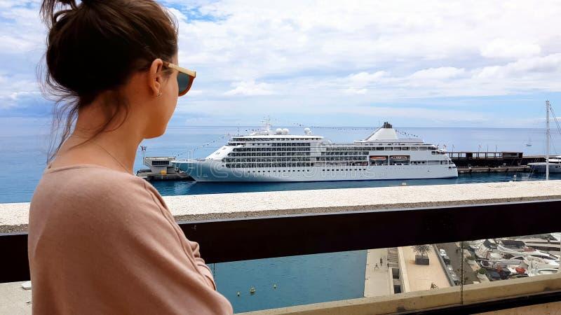 Jonge vrouw die van oligarch voering en jachten op terras van villa, wellness waarnemen stock afbeeldingen