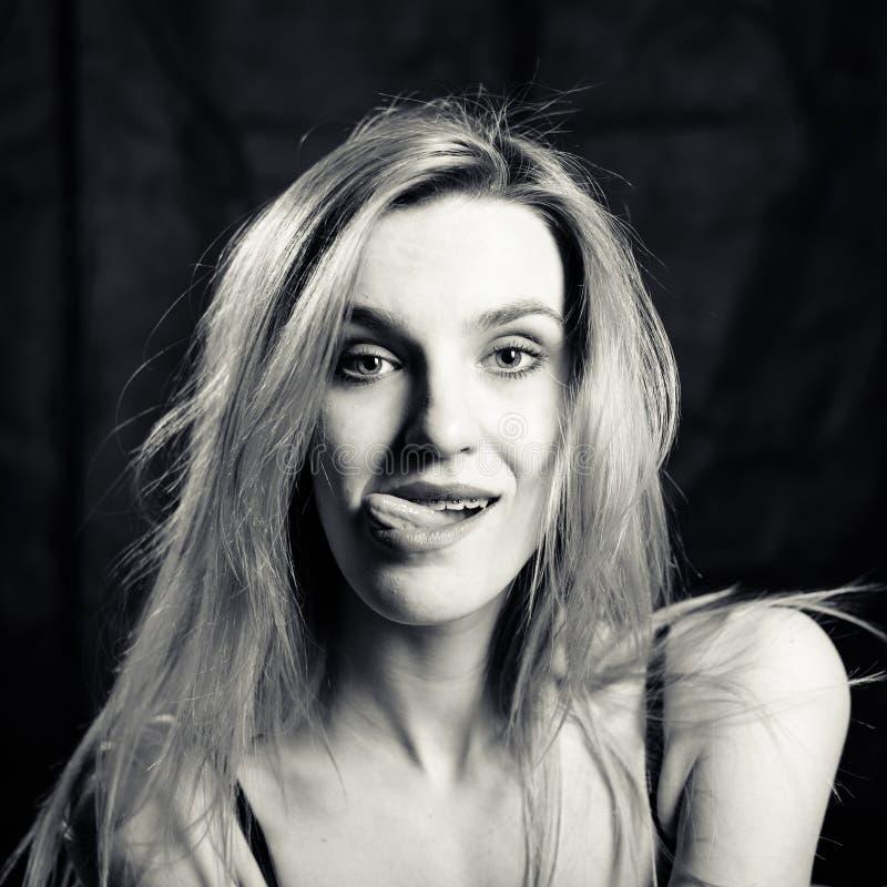 Jonge vrouw die van Sexi de grappige sexi tong uit trekken royalty-vrije stock fotografie