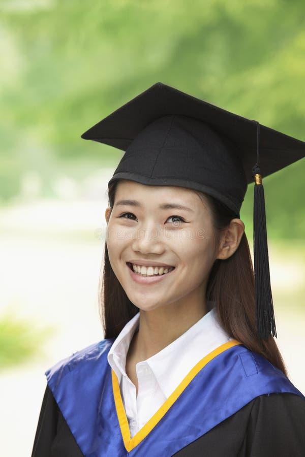 Jonge Vrouw die van Universiteit, Close-up Verticaal Portret een diploma behalen stock afbeeldingen