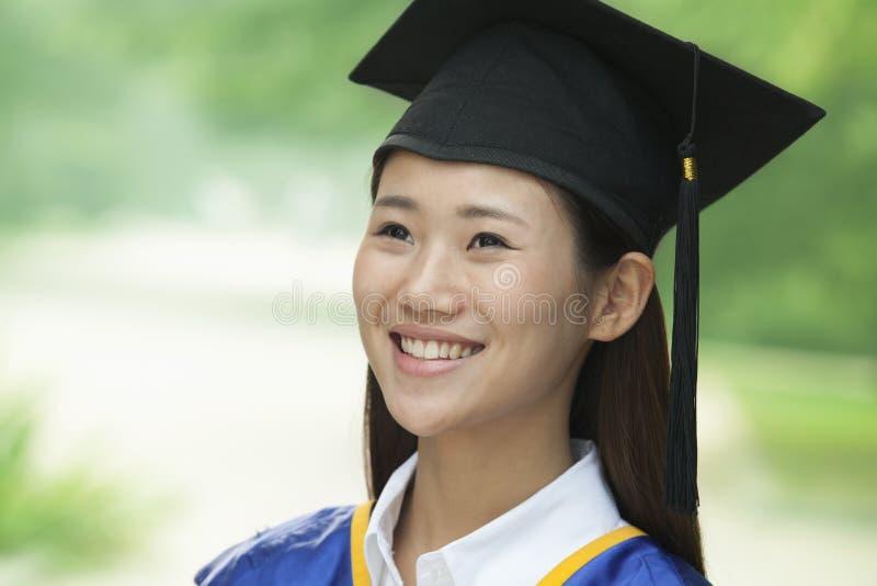 Jonge Vrouw die van Universiteit, Close-up Verticaal Portret een diploma behalen royalty-vrije stock fotografie
