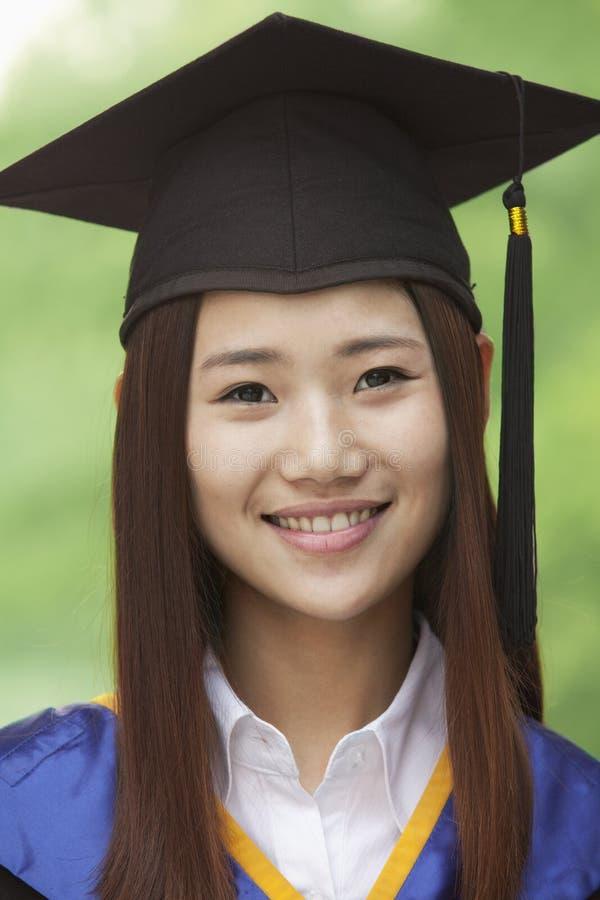 Jonge Vrouw die van Universiteit, kijken-op Horizontaal Portret een diploma behalen royalty-vrije stock afbeelding