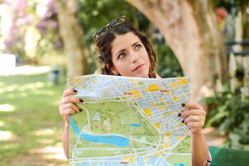 Jonge vrouw die van vakantie genieten stock afbeelding