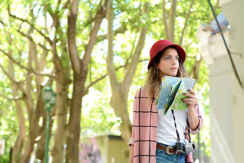 Jonge vrouw die van vakantie genieten royalty-vrije stock fotografie