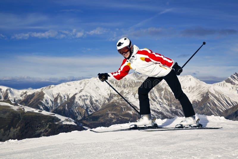 Jonge vrouw die van wintersporten genieten royalty-vrije stock afbeeldingen