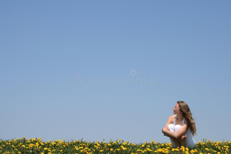 Jonge vrouw die van zon geniet stock fotografie