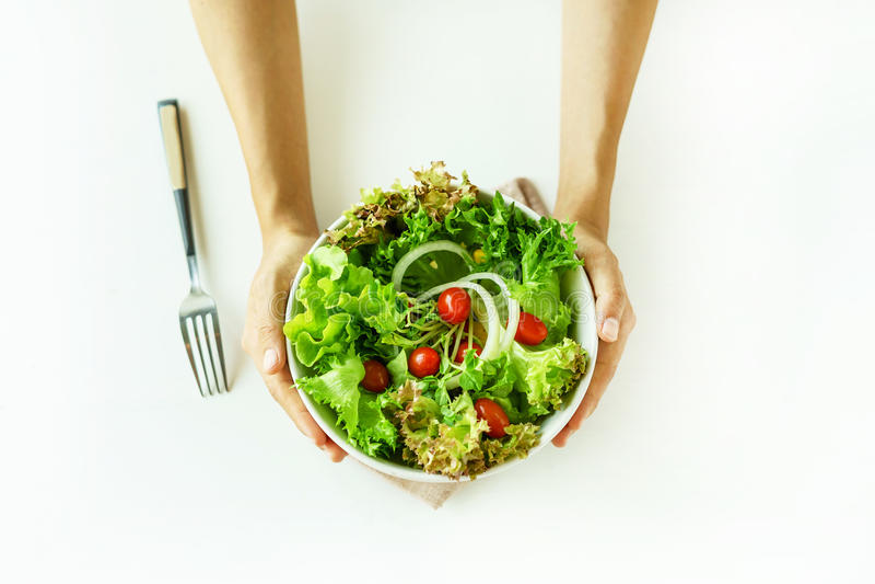 Jonge vrouw die verse organische vegetarische salade eten stock fotografie