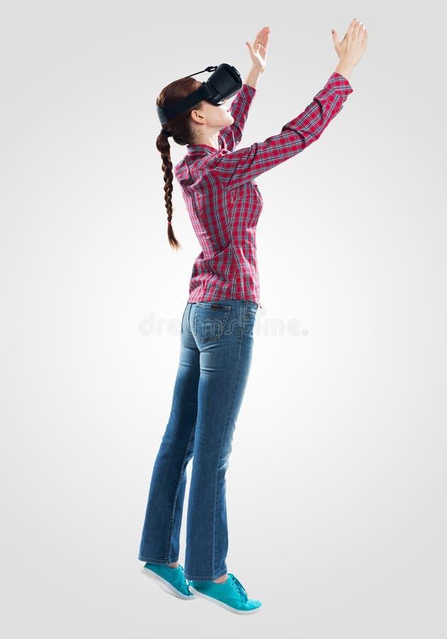 Jonge vrouw die virtuele werkelijkheidsglazen dragen stock fotografie