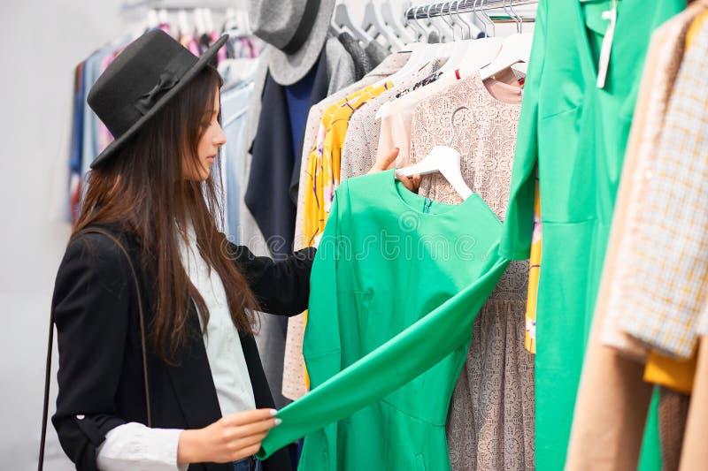 Jonge vrouw die voor kleren winkelen royalty-vrije stock foto