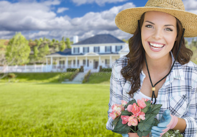 Jonge Vrouw die voor Mooi Huis tuinieren stock foto