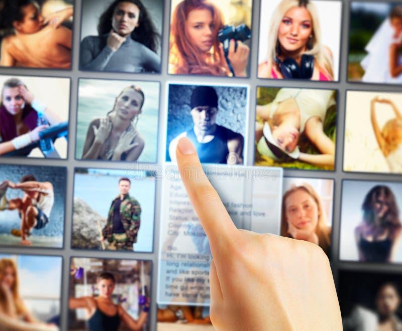 Jonge vrouw die vrienden selecteren royalty-vrije stock foto's