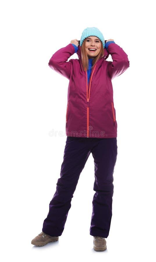 Jonge vrouw die warme kleren op wit dragen Klaar voor de wintervakantie stock afbeeldingen