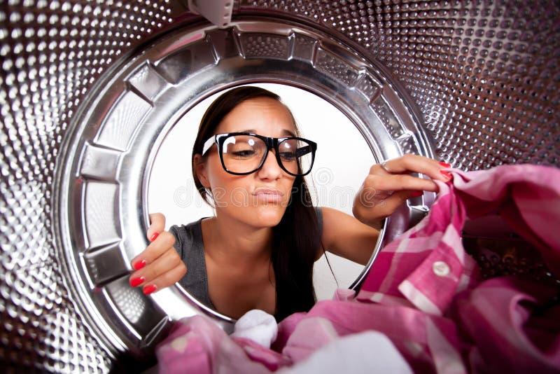 Jonge vrouw die wasserij doen stock afbeelding