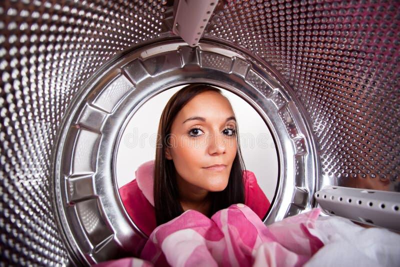 Jonge vrouw die wasserij doet royalty-vrije stock afbeelding