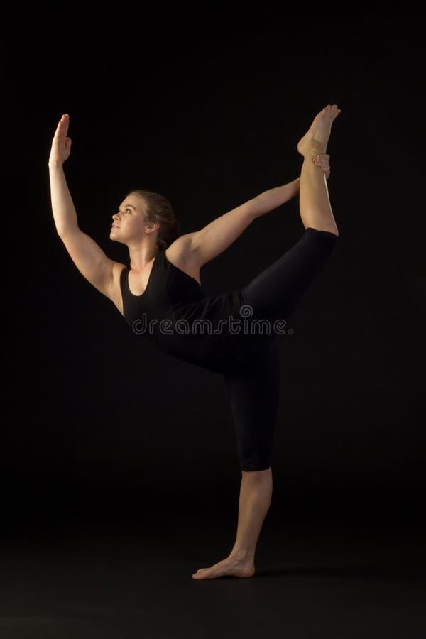 Jonge Vrouw die Yoga doen stock foto's