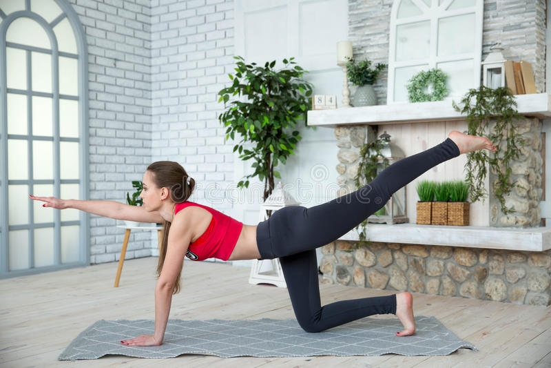 Jonge vrouw die yoga in ochtendpark doen royalty-vrije stock fotografie