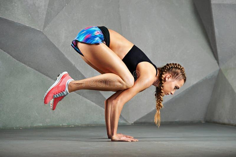 Jonge vrouw die yoga uitoefent stock foto