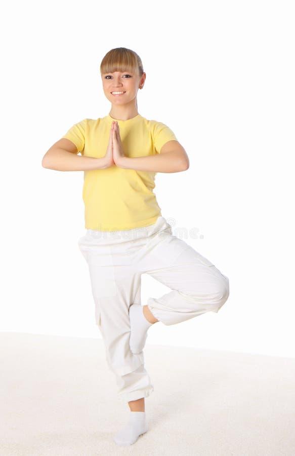 Jonge vrouw die yogaoefening doet royalty-vrije stock afbeelding
