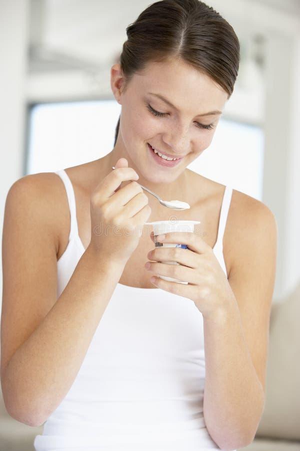 Jonge Vrouw Die Yoghurt Eet Stock Foto's