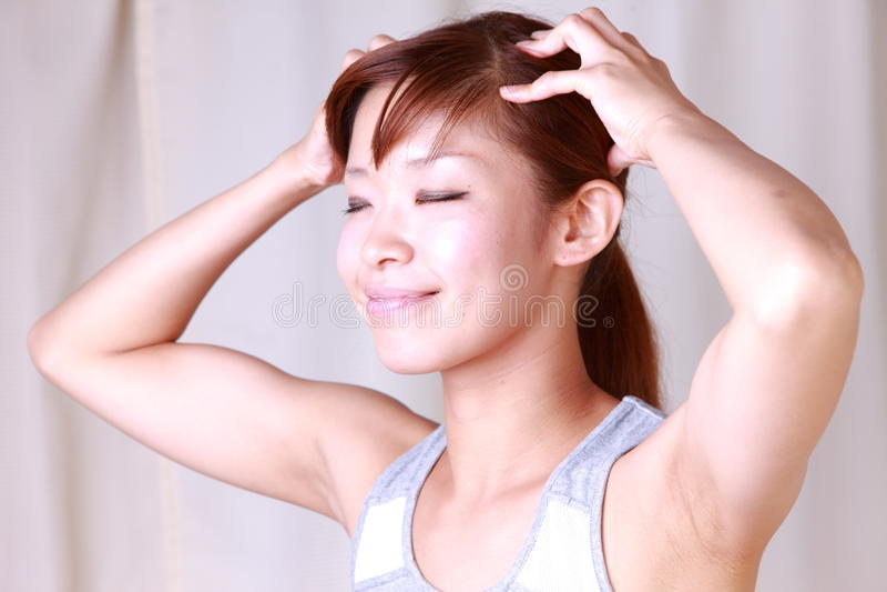 Jonge vrouw die zelf hoofdmassage doet royalty-vrije stock fotografie