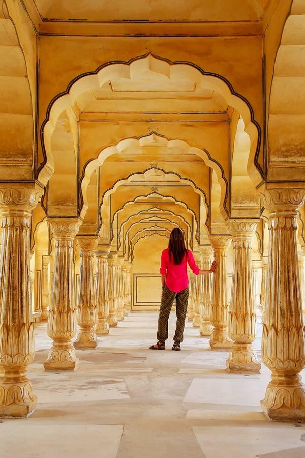 Jonge vrouw die zich in de Zaal van Sattais Katcheri, Amber Fort, Jaipu bevinden stock foto's