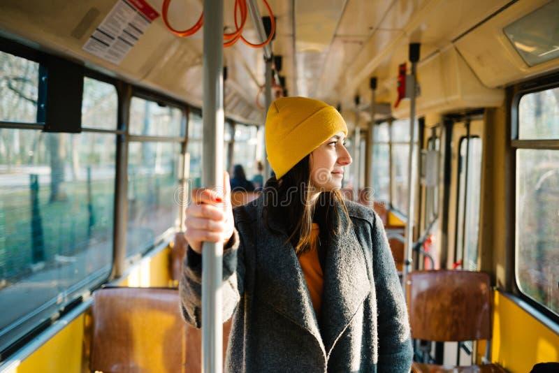 Jonge vrouw die zich in een wagen van een drijftramspoor bevinden Vervoer, reis en levensstijlconcept royalty-vrije stock afbeeldingen
