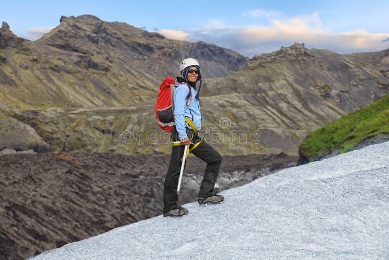 Jonge vrouw die zich op Falljokull-Gletsjer bevinden stock afbeelding